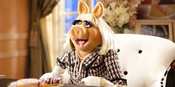 The-Muppets-Miss-Piggy-Food-Binge